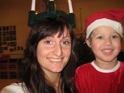 Fotol on Reelika Kivimaa koos väikese tüdrukuga