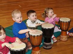 Tibutare lasteaia lapsed aafrika trumme mängimas